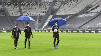 Los asistentes Filippo Meli y Daniele Bindoni reconocen el campo de Juventus junto al árbitro Daniele Doveri(derecha), que esperó 45 minutos tras la hora de inicio y después silbó el final del juego.