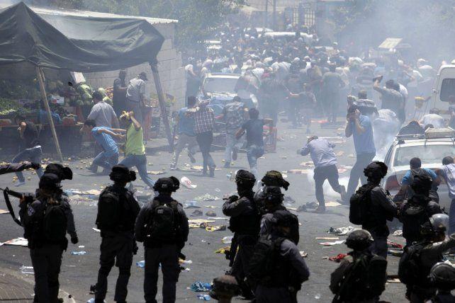 Tras el rezo del viernes manifestantes palestinos se enfrentaron a la policía israelí en Jerusalén.