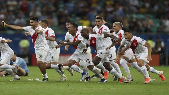 Corriendo a la clasificación. Los jugadores peruanos festejan la victoria tras la tanda de penales
