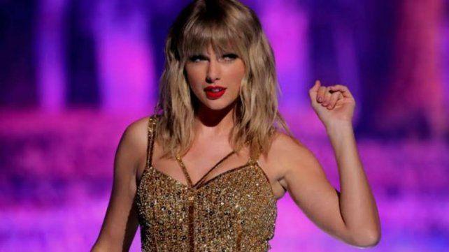 La estadounidense Taylor Swift se consagró anoche como la artista del año en los American Music Awards.