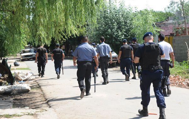 Ayer a la mañana numerosos policías invadieron el barrio Santa Lucía en busca del homicida.