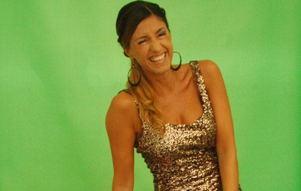 Carolina Coscarelli conduce los mediodías del domingo el programa de entrevistas Sobran los motivos por la pantalla de Canal 5.