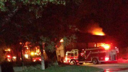 Los bomberos trabajaron durante la madrugada para sofocar las llamas que lograron contener al amanecer. No hubo lesionados.