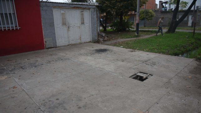 El portón de Teniente Agneta al 400 bis donde cayó muerto Barrionuevo.