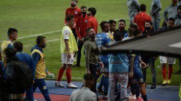 Desenfocado. El Kily González parece buscar a alguien a quien contestarle en la tribuna del nuevo Gasómetro, tras el escandaloso final con derrota inapelable y dos tarjetas rojas incluidas.