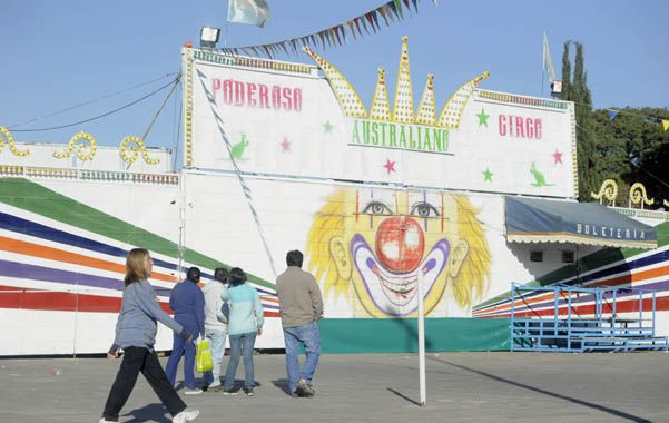 """Los activistas insisten con que el circo """"carga con un historial en cuanto a abuso de animales"""". (foto: M.Sarlo)"""