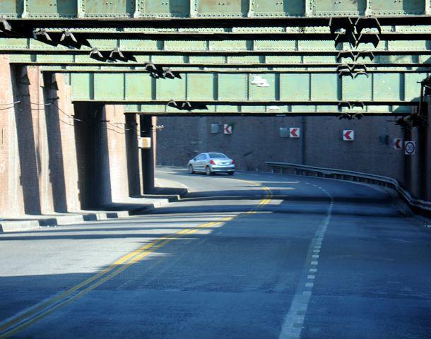 Por el corte parcial recomiendan circular con precaución por el túnel. (Foto: E. Rodríguez Moreno)