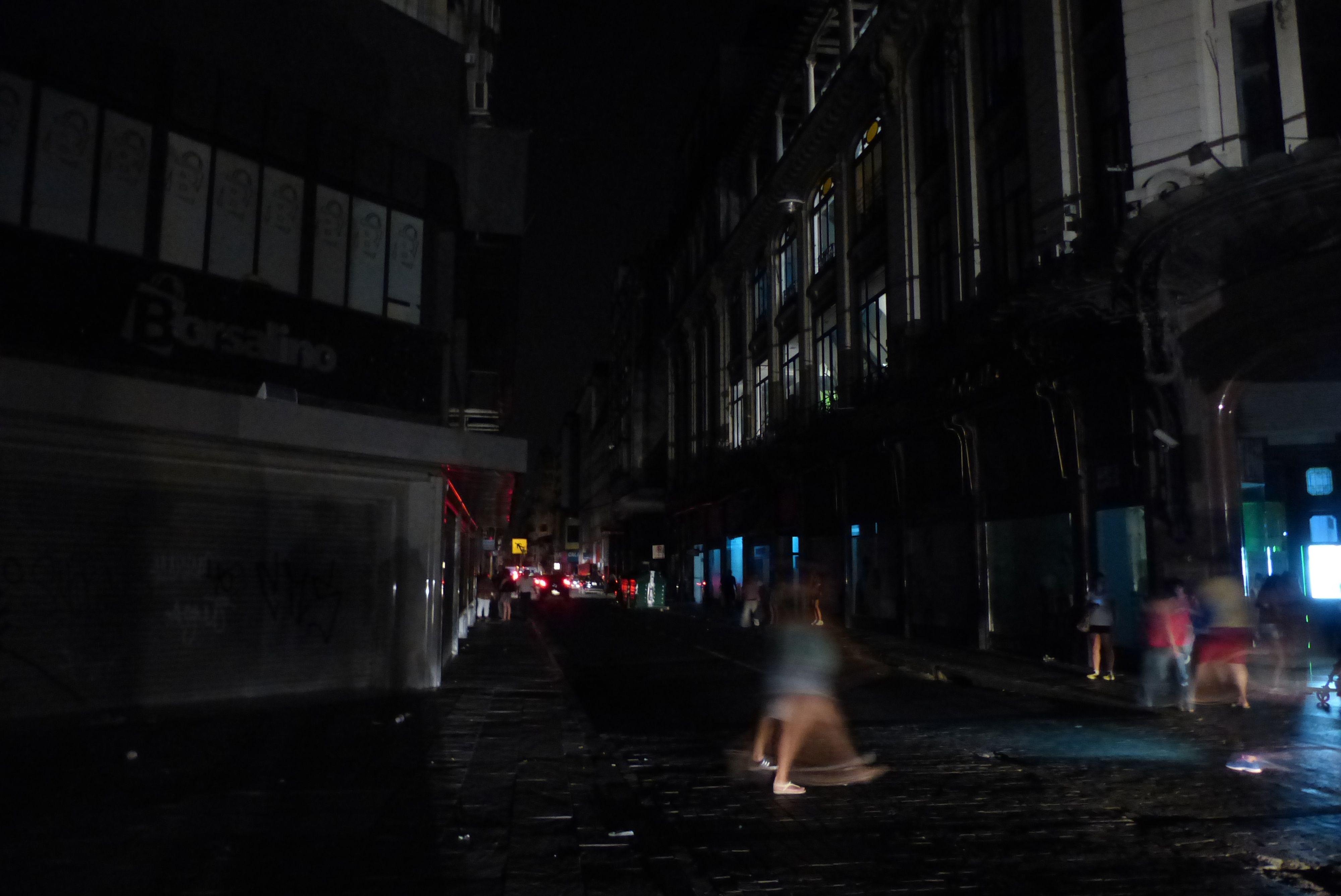 El centro y gran parte de la ciudad se vio afectado por el corte de luz de esta noche. (Foto: Angel Amaya)