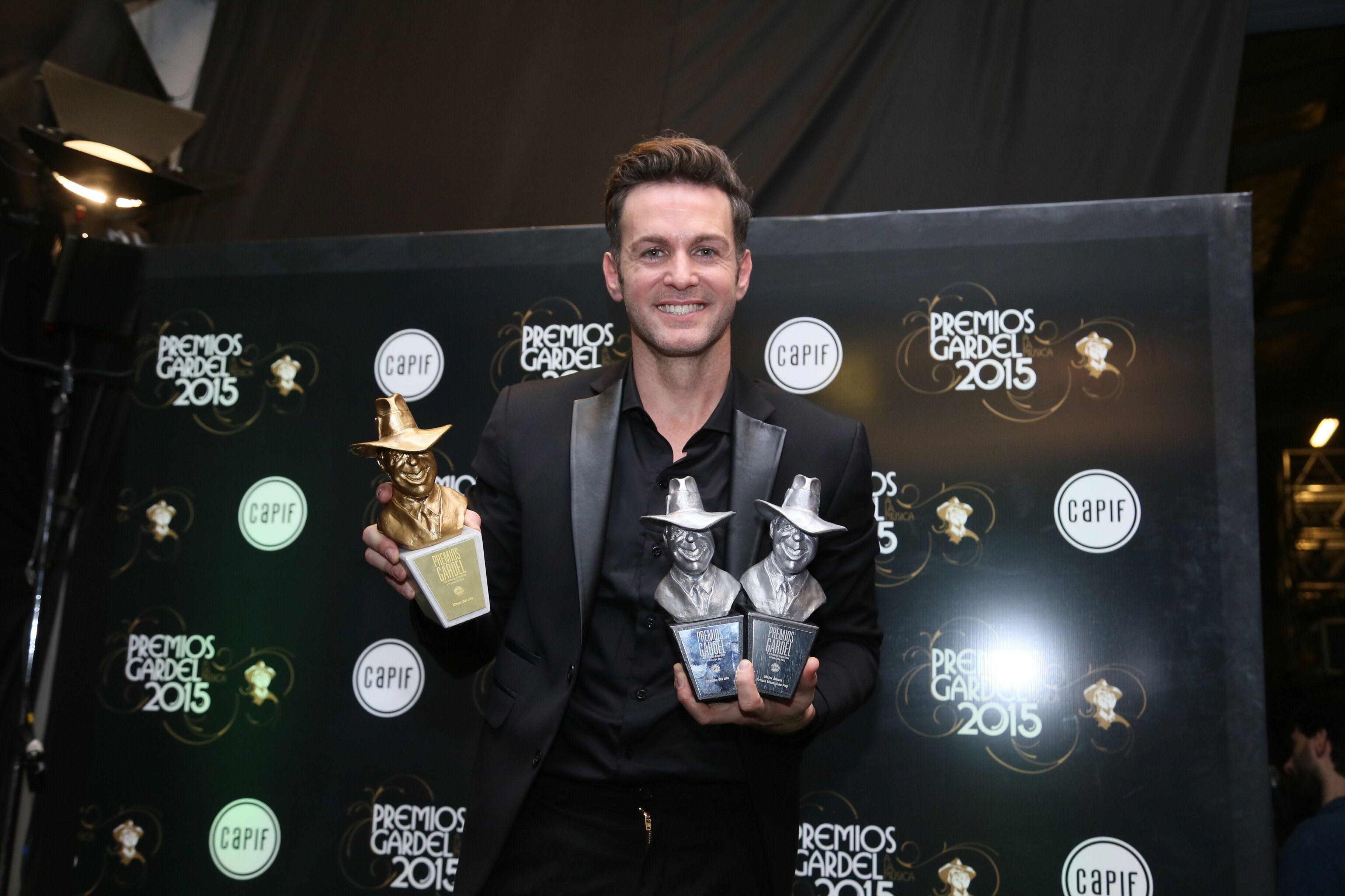"""Axel radiante con sus tres premios Gardel. """"Tengo el oro en la mano"""