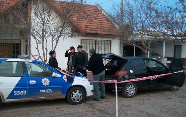 En la calle. Los vecinos de Rufino dieron aviso a la policía de la presencia de un Peugeot 206 abandonado.