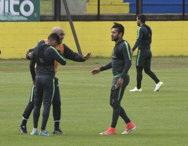 Charla táctica. Montero le brinda indicaciones a Carrizo y a Colman en un alto de la práctica.