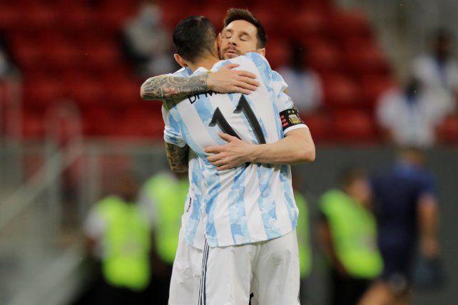 Abrazo de gol entre los rosarinos Messi y Di María.