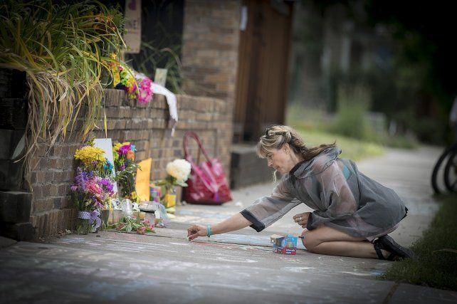 Homenaje. Familiares y amigos de la víctima llevaron flores y pintaron la vereda.