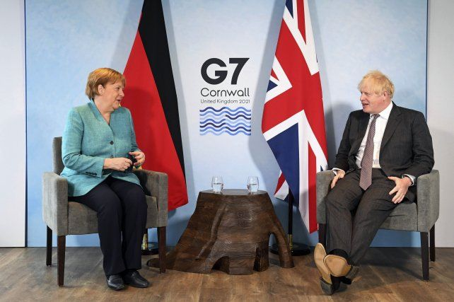 Angela Merkel junto al anfitrión del G7
