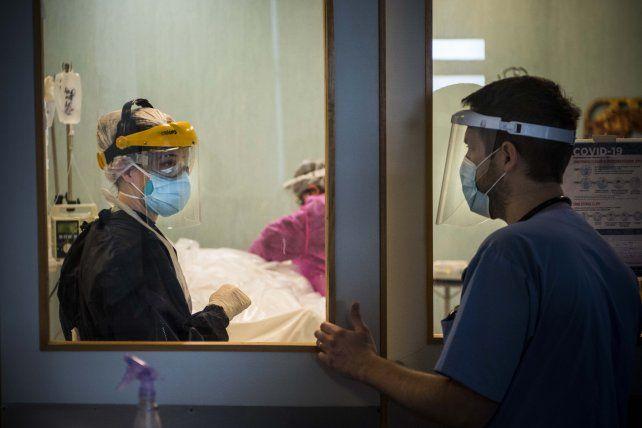 Al límite. Los trabajadores y trabajadoras de la salud deben atender pacientes con una ocupación de camas entre el 80 al 90 por ciento.