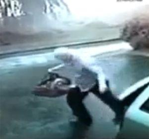 Por apenas dos segundos, un hombre se salvó de caer fulminado por un rayo