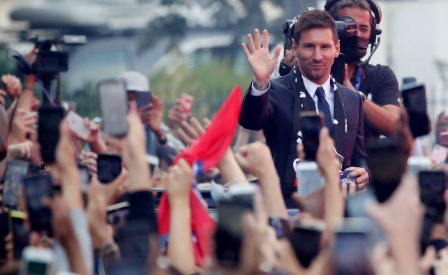 Fanáticos. Miles de hinchas siguieron de cerca los pasos de Messi en su presentación oficial. Y la Pulga agradeció.
