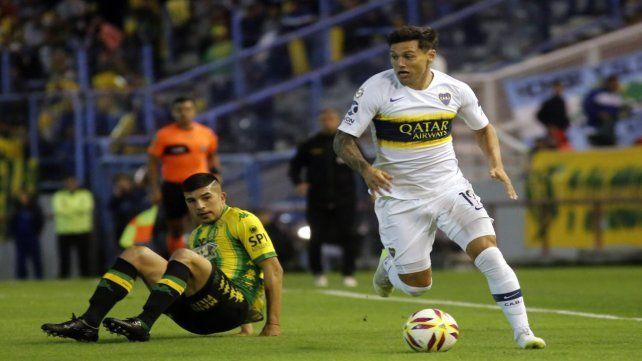 Buen manejo. Mauro Zárate supera a un rival. El ex Vélez anotó el gol de Boca.