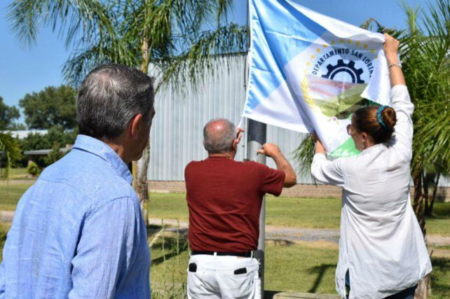 Estandarte. En el Parque Industrial se izó la bandera departamental.