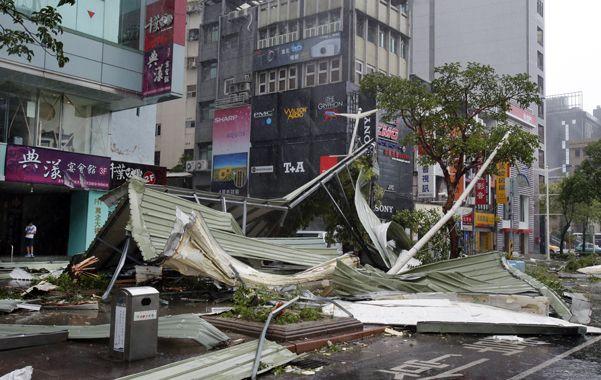 Devastador. Una calle de Taipei muestra la fuerza del meteoro.