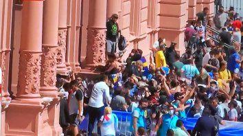 El peor momento. La Casa Rosafa fue copada por barras que idolatraban a Maradona. Malísimo operativo de seguridad.