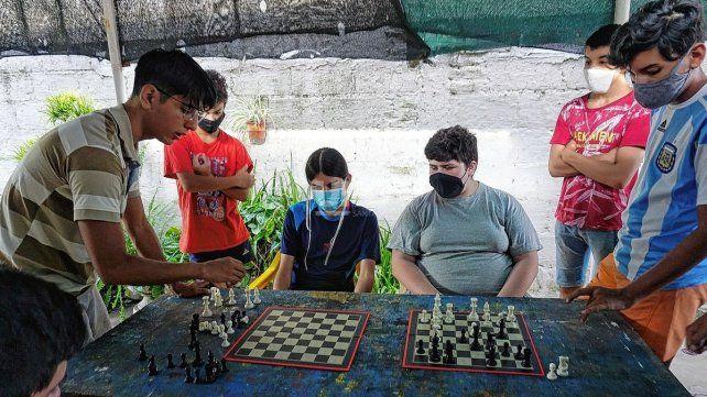 Atahualpa Larrea enseñando a jugar ajedrez en El Lugar Barrial de Ajedrez