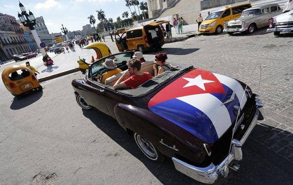 Clásico. Turistas se pasean por las calles de La Habana a bordo de un automóvil americano de la década del 50.