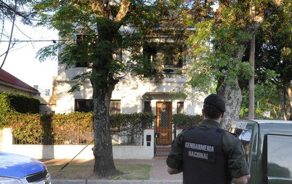 La casa. Motociclistas con sus rostros cubiertos atacaron el viernes a la noche la vivienda particular del primer mandatario de la provincia.