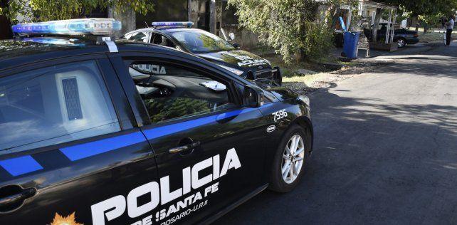 La policía encontró el auto robado en una finca de pasaje Cerrillos al 3900.