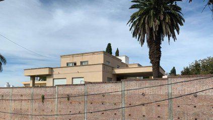 La casa del empresario detenido este mañana, en la calle Alvarez Thomas frente al río.