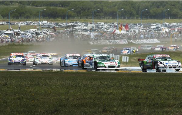 Las máquinas del Turismo Carretera rugieron en el autódromo Provincia de La Pampa.