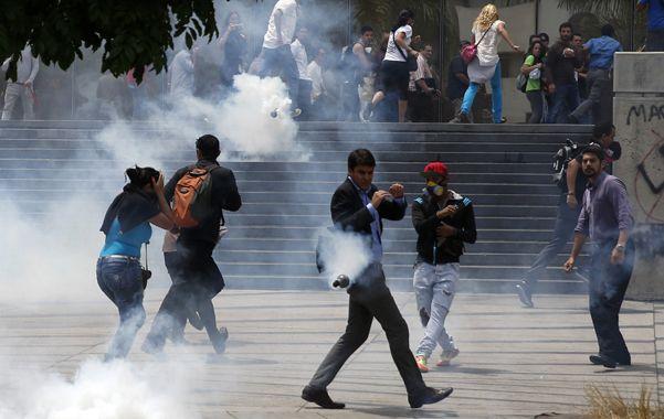 Violenta redada. Manifestantes son reprimidos con gases lacrimógenos.