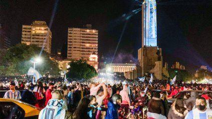 Foto de contagios. El sábado a la noche la zona del Monumento a la Bandera se vio colmada de hinchas.