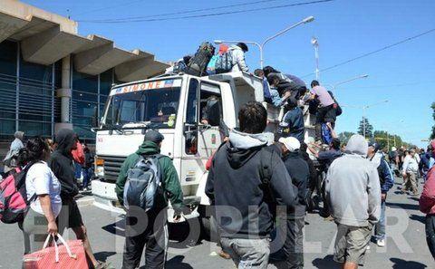 Caos en Olavarría. Miles de asistentes al recital suben a camiones.