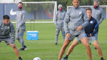 Pipi Romagnoli (izquierda) dirigió el entrenamiento con el Beto Acosta (derecha).