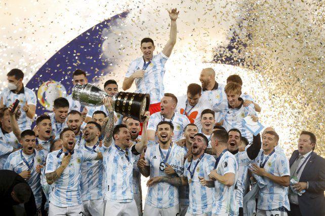 Los jugadores de Argentina celebran con el trofeo tras vencer 1-0 a Brasil en la final de la Copa América en el estadio Maracaná de Río de Janeiro, Brasil, el sábado 10 de julio de 2021 AP Photo / Andre Penner