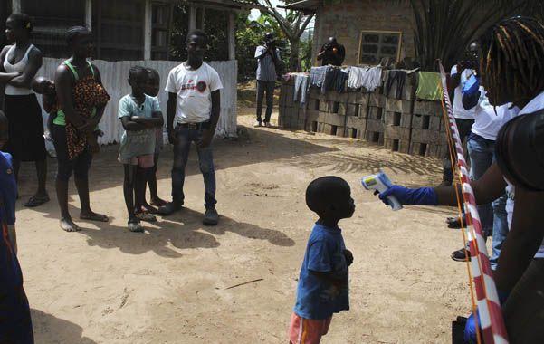 Azote. Trabajadores de salud evalúan a un niño en un barrio de Monrovia.
