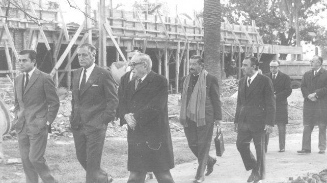 Recorrida del intendente Alberto Gollán por las obras del Hospital Carrasco en julio de 1971.