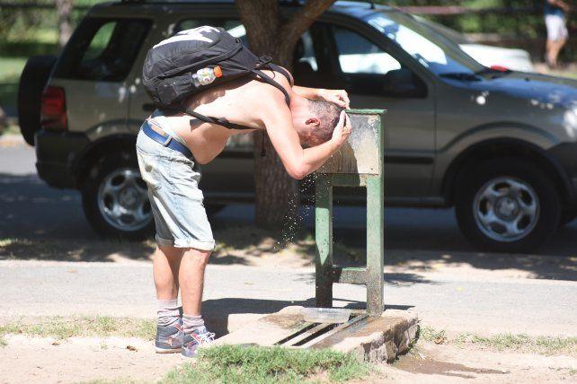 Hace calor. Rosario y la región esperan otro día agobiante a pesar del alerta meteorológico.
