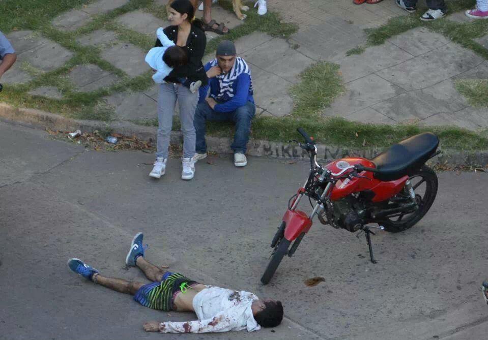 Moreiya yace sin vida en en suelo ante la mirada de dos personas.