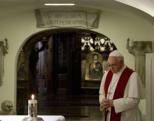 Día de los muertos. El Papa Francisco rezó ayer en las Grutas del Vaticano