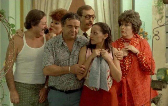 """Juan Manuel Tenuta, Betiana Blum, Julio de Grazia, Luis Brandoni, Mónica Villa y China Zorrilla, protagonistas en 1985 de """"Esperando la carroza""""."""