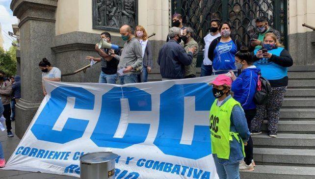 El acto de de la CCC se realizó en las escalinatas de la Bolsa de Comercio.