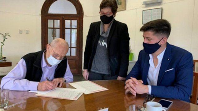 """Correa. Adolfo Meconi -""""Cachi"""" -como le dicen todos- firma la cesión de su casa y su auto al Samco"""