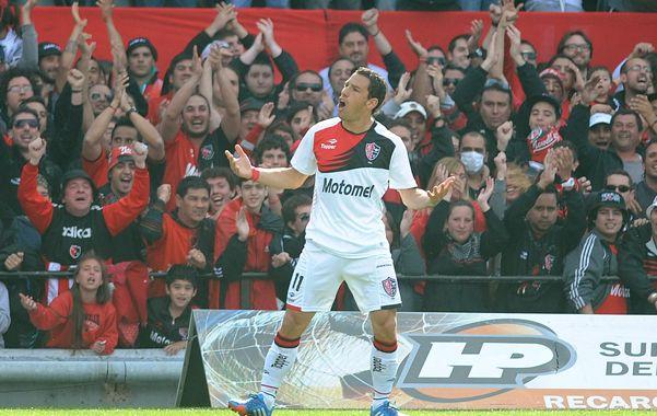 Con todos. Maxi culminó su gran jugada para el primer gol y lo festeja a lo grande. (foto: Héctor Rio)