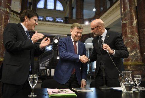 reconocimiento. Chartier (centro) estrecha la mano del rector de la UNR.