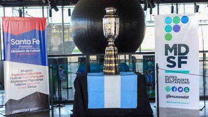 La Capital recorrió el barrio de Leo y visitó el Museo del Deporte Santafesino donde se exhibe la réplica de la Copa América.