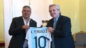 Claudio Tapia y Alberto Fernández. Chiqui, como presidente de la AFA, respeta a rajatabla lo que ordene el gobierno nacional para la vuelta del fútbol.
