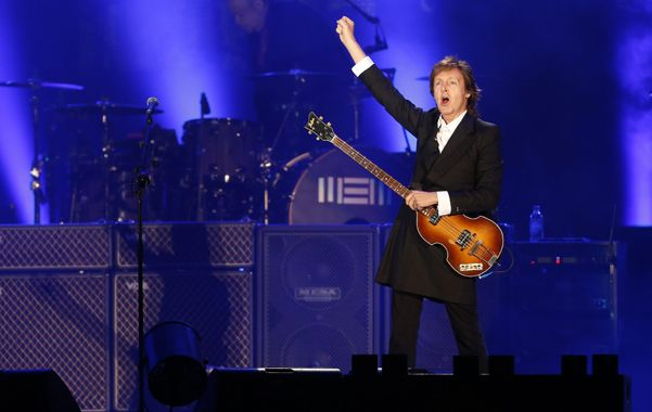 Con el clásico bajo violín. Paul McCartney arengó a sus fans uruguayos en la mágica noche del Centenario.