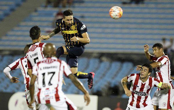 En lo más alto. Donatti gana por afano en el aire y estampa el empate en el mítico estadio Centenario. Después